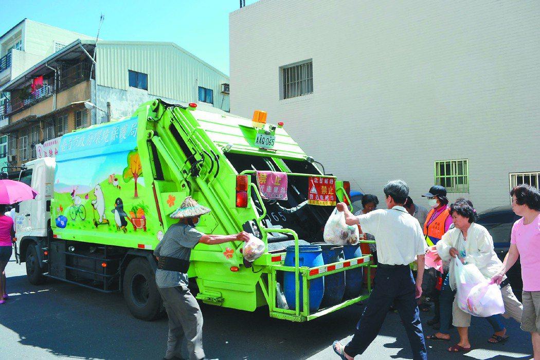 台南市政府環保局為便民,設置輔助點,讓前一天來不及倒垃圾的民眾可以處理垃圾。 記...