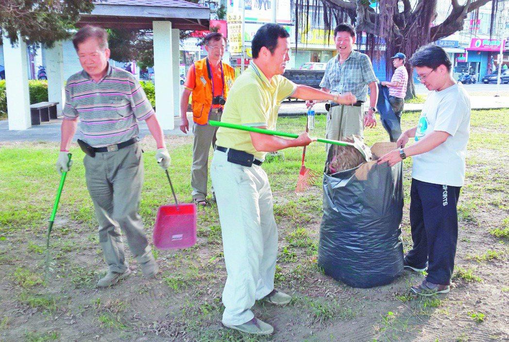 台東東鴻獅子會認養台東市三角公園十幾年,獅友們不定期到公園打掃,他們也抱怨「政府...