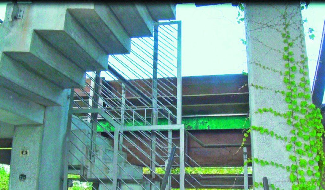 宜蘭市西堤屋橋通往瞭望台的階梯,原本平日以鐵門封鎖,縣府工旅處決定開放。 記者王...