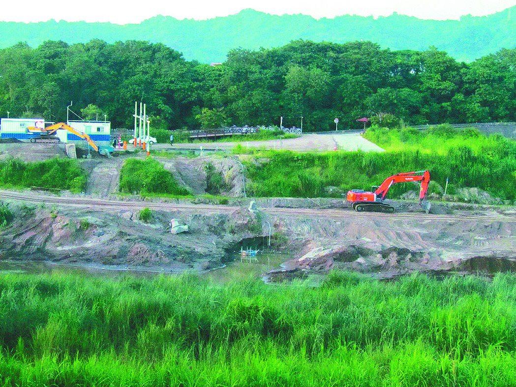 位在貓羅溪畔的「郭董球場」,目前正加緊趕工整地,縣府已上網招標興建球場工程。 記...