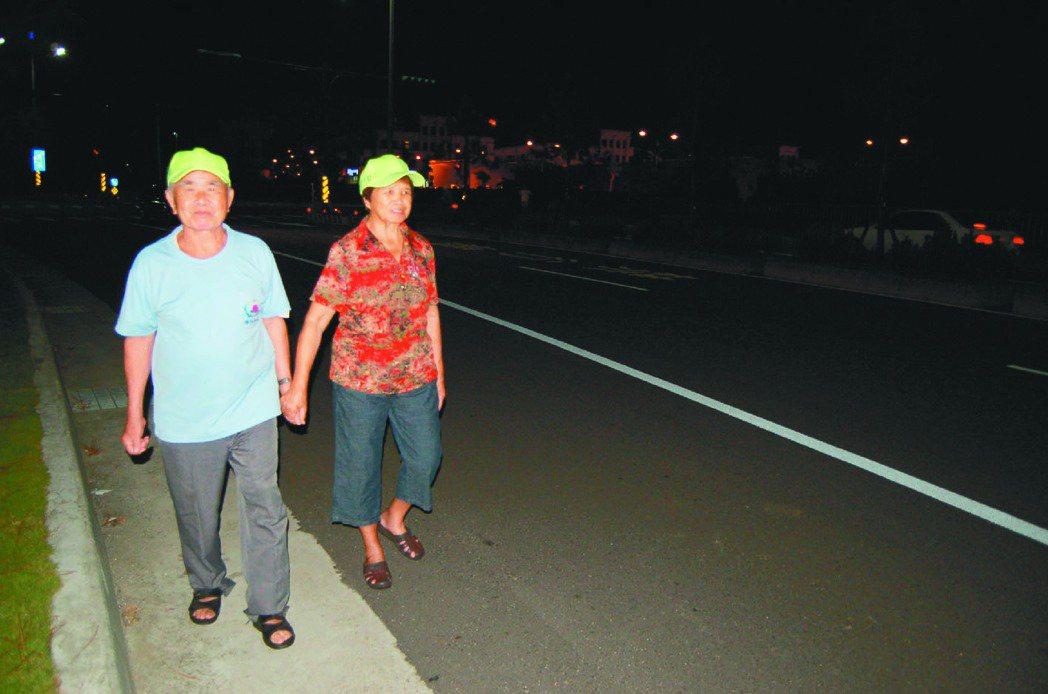 苗栗縣警局交通隊提醒不論老人、年輕人夜間走在路上,都要注意衣著顏色或戴反光帽、攜...