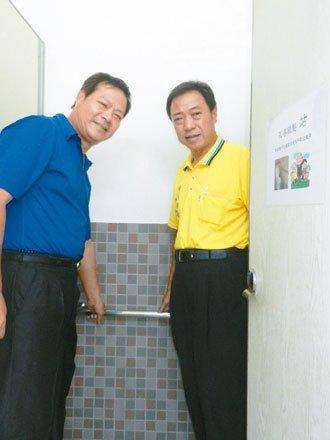 伸港鄉長林俊利(左)希望長者外出運動,能安心如廁, 在公廁加裝安全扶手,門上貼有...