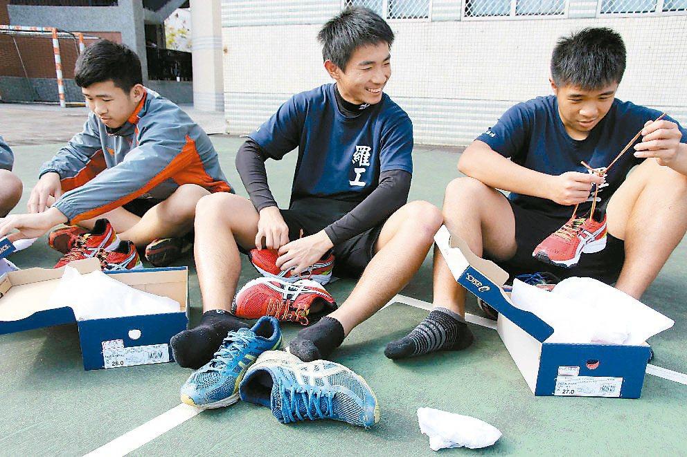 國立羅東高工棒球隊員脫下破鞋,換上新鞋,選手們持續努力,盼爭取更好的賽事成績。 ...