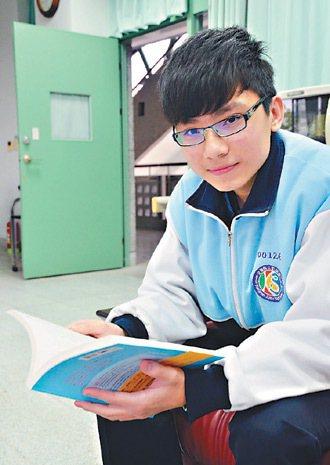 宜蘭市凱旋國中學生楊于晨熱愛閱讀,是學校的閱讀之星。 記者王燕華/攝影