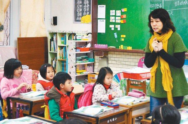 別號「小壁虎老師」的蔡孟耘,是宜蘭縣內閱讀和語文教學的推手教師。 記者廖雅欣/攝...