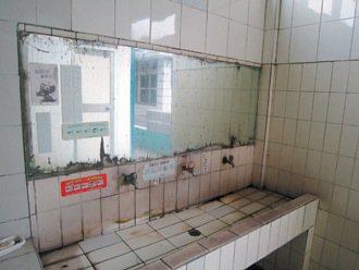 大同國小舊廁所內鏡子像面魔鏡,破損嚴重,學生都不敢上。 圖/大同國小提供