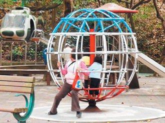 地球儀遊樂設施具離心力,會有拋落的危險。 記者劉星君/攝影