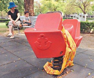 苓雅區公園的兒童木馬螺絲鬆動。 記者高培德/攝影