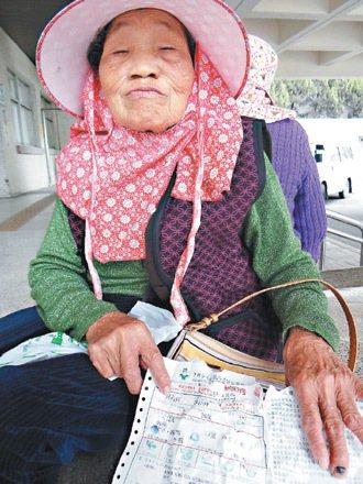口湖鄉偏村的八十多歲蘇林老太太,一大清早得先騎半小時單車才能搭上醫院專車。 記者...