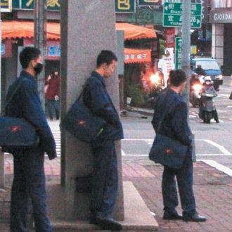 不少學生天色微亮就在車站等校車。 記者張弘昌/攝影