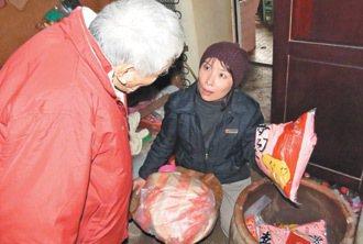 傅姓老翁將各界捐贈的白米藏在陶缸。 記者范榮達/攝影