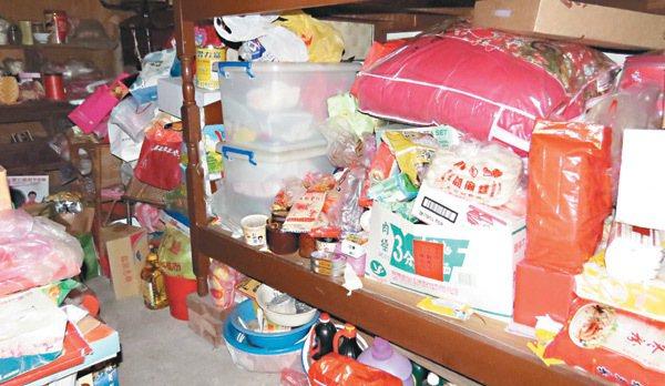 傅姓老翁房內堆滿物資,有些都已過保存期限。 記者范榮達/攝影