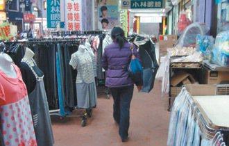 新竹市北大路沒有人行道,行人大多走騎樓,但騎樓不是停機車就是被店家做生意使用,也...