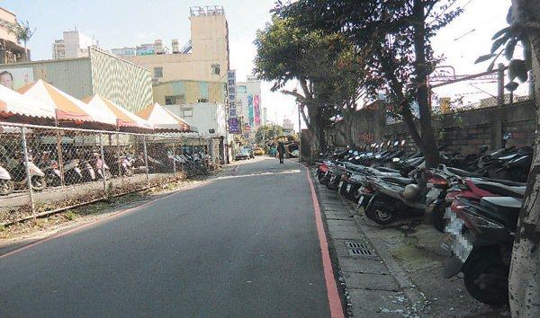 許多騎士不想停寄車行,將機車停在對街紅線內。 圖/聯合報提供