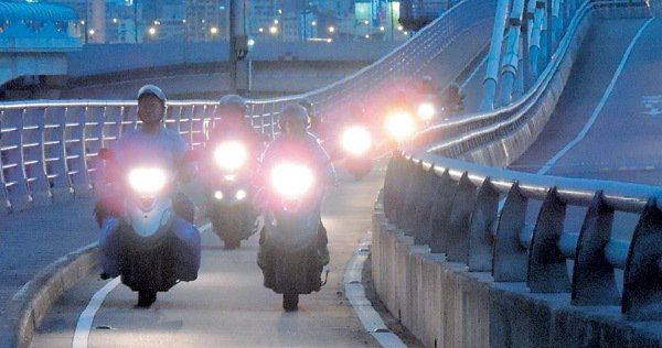 雙北市橋梁機車道普遍偏窄,若超車不慎就會殃及鄰車,圖為新北大橋。  記者陳雨鑫...