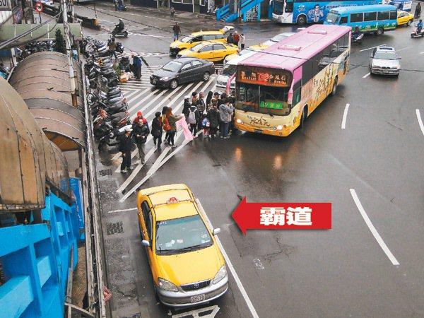 基隆市忠一路基隆火車站的公車站牌前方公車停靠區(圖下方格位),被計程車占用排班攬...