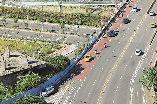 聯合報系第三波願景在地探討跨雙北橋梁機車道安全,新北市交通局表示,將針對機車道動...