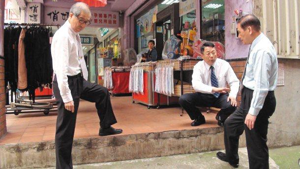 聯合報系「願景在地─行人得道」專題獲新竹市長許明財(右)重視,立即率相關局處主管...