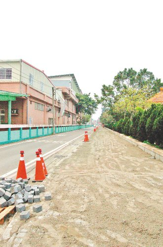 竹南國小後方的博愛公園周邊,正進行人行道增建工程,5月完工後將成為通學步道供學童...