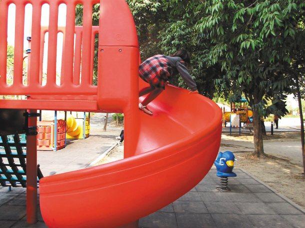 高雄市養工處已修復岡山和平公園的溜滑梯。 記者林保光╱攝影