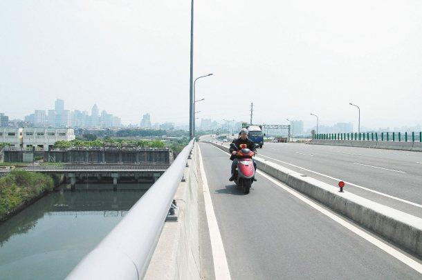 台65線板新機車聯絡道橋的護欄可能不夠高,新莊警分局交通組憂心騎士可能會墜橋。 ...