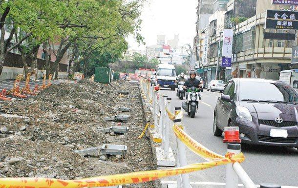 新竹市第一條由「社區民眾爭取」設置的學府路人行道,是行人優先的示範點。 記者李青...
