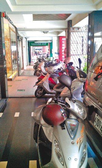 新竹市的騎樓地處處可見機車堵道,幾乎是極普遍的現象。 記者李青霖╱攝影