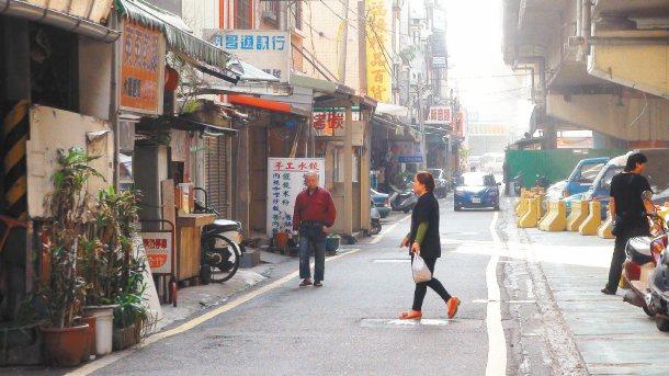 人車爭道 新竹市花園街道路窄,但車流量不小,行人與汽機車搶道,險象環生。 記者王...