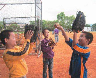 花蓮孕育出許多棒球名人,小朋友參加球隊也希望有一天能變成職棒明星。  圖/瑞穗國...