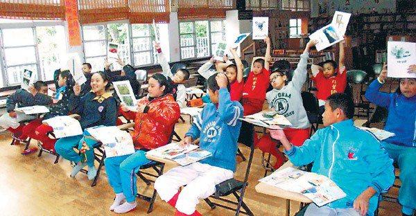 紅葉國小本土語言課程學生舉起字卡,大聲念出來。 記者施鴻基/攝影