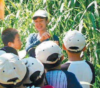 台南市瑞峰國小老師沈彩芳(後),常帶學生到野外進行生態課程。  圖/林瑞崑提供