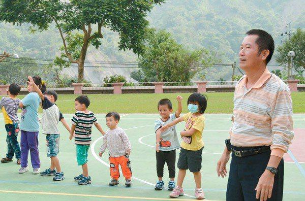 南化區瑞峰國小是台南市最偏遠的學校,老師流動頻繁,校長年年要為聘新老師傷腦筋。 ...