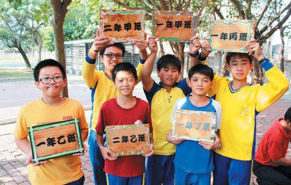 雲林縣西國小今年開設木工課程,淘汰的桌子變成獨一無二的班級牌。 記者 姜宜菁/攝...