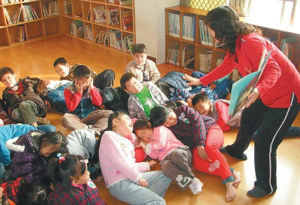 故事媽媽活潑的帶領,讓孩子們都笑得東倒西歪。 記者吳思萍/攝影