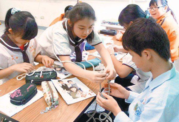 學生難得能在童軍課上到繩結,但因專業師資不多,有時必須看圖或學生互相研究,學習才...