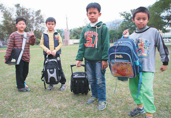 學童書包有雙肩背式、拖式及傳統單肩背式。 記者胡蓬生/攝影