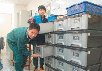 大多數小學教室都有置物櫃,提供學生放置用品。 記者張裕珍/攝影