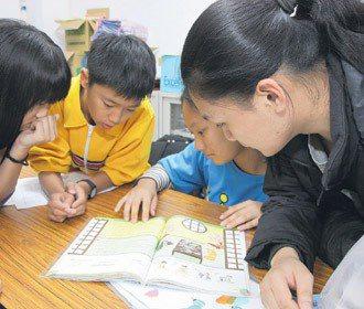 清華大學生,教導英語資源不足的學生。 記者 王敏旭/攝影