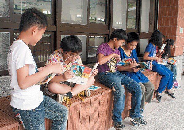 在偏鄉地區,教師藉由繪本啟發孩子對英語的興趣。 記者 莊旻靜/攝影