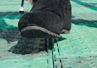 龍源國小在遊樂區鋪安全地墊,踩起來又軟又舒服,可防摔傷。 圖/聯合報提供