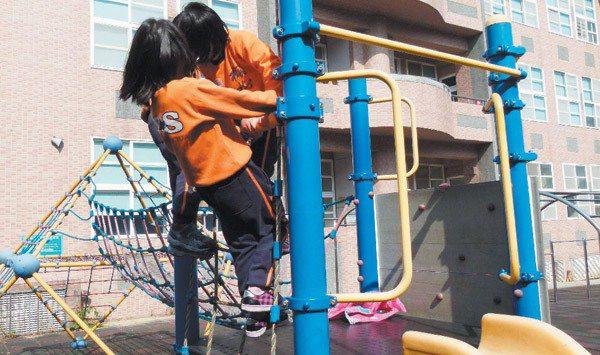 國小的遊戲設施經常看見學童錯誤使用,易發生危險,圖為楓樹國小設計畫面,校方表示除...