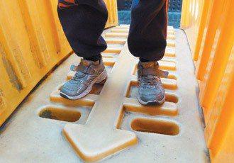 溜滑梯的通道有的孔太大,對幼兒園或低年級而言危險性高。