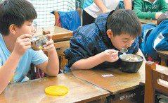 新北/午餐5分鐘吞完 小學生當速食族