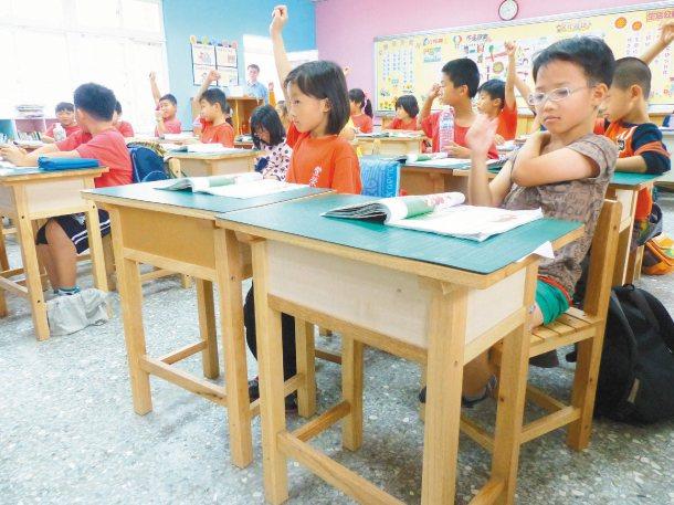 周姓商人去年捐出千套課桌椅給雲林縣,他表示願再捐贈。 記者劉明岩╱攝影