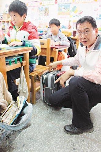 雲林縣崙背國小去年底更換300組新的單人座課桌椅,按照學生身高發放,學生們開心地...