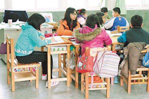雲林縣崙背國小學童有了新的課桌椅,上起課來特別開心。 記者姜宜菁╱攝影