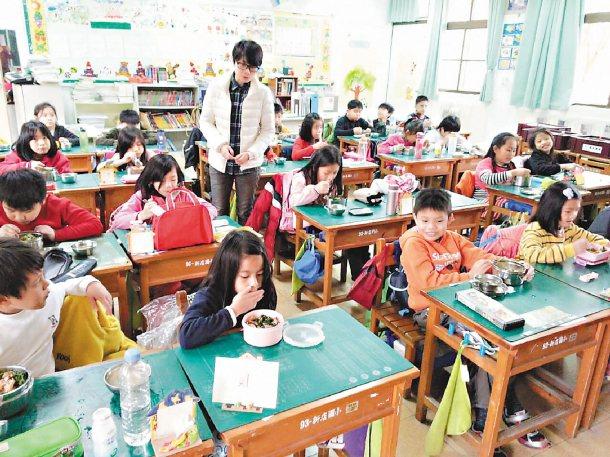 不當速食族,新店國小學生昨由老師陪伴,細嚼慢嚥吃午餐。 記者王長鼎╱攝影