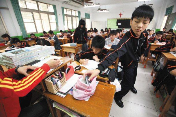 道明中學國中部學生上課時間先將手機交由老師保管,下課再領回。 記者劉學聖╱攝影