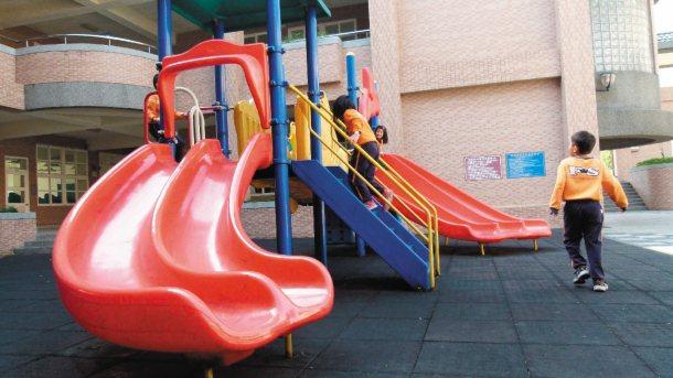 桃園縣教育局回應本報專題,計畫分5年,全面改善學校遊戲設施的地墊,達到國家安全標...