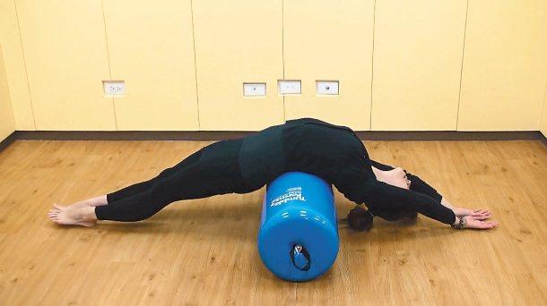 利用簡單的伸展運動改善駝背姿勢,可將治療球或枕頭置於腰部肚臍後方,身體自然後躺,...